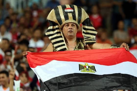 지난해 9월 열린 우간다와 A매치에서 한 이집트팬이 파라오 복장으로 응원하고 있다. [EPA=연합뉴스]
