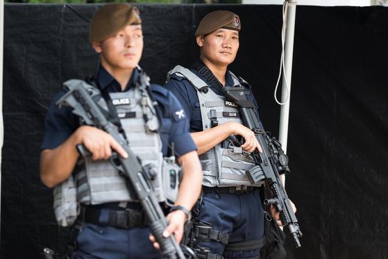 아시아안보회의 개막일인 6월 1일 싱가포르 샹그릴라 호텔에 방탄복을 착용하고 자동소총과 샷건을 든 무장경찰이 배치돼 경계근무를 서고 있다. [뉴스1]