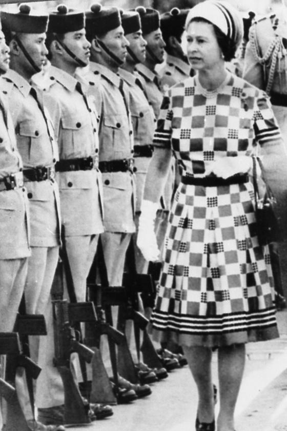 과거 식민지 시절 홍콩을 방문한 엘리자베스 2세 영국 여왕이 구르카족 부대를 사열하고 있다. 이 부대는 홍콩이 중국에 회귀되면서 영국으로 주둔지를 옮겼다. [중앙포토]