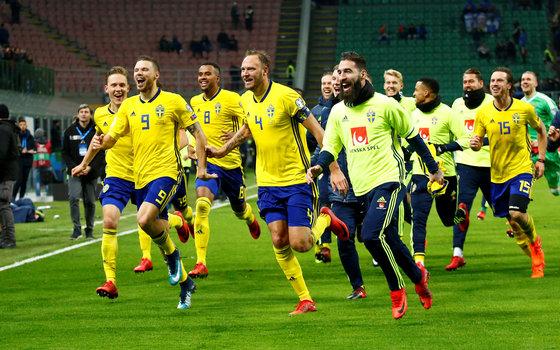 유럽 예선 플레이오프에서 이탈리아를 꺾고 월드컵 본선행을 확정지은 직후 스웨덴 선수들이 일제히 환호하고 있다. [로이터=연합뉴스]