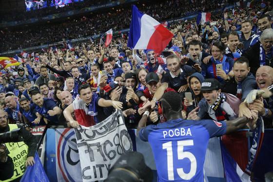지난 2016년 7월 열린 유로2016 8강전에서 아이슬란드전 골을 넣었던 프랑스의 폴 포그바가 자국 팬들과 함께 기쁨을 나누고 있다. [AP=연합뉴스]