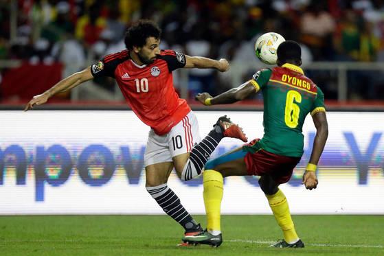 이집트대표팀 간판 공격수 살라(왼쪽)가 가봉과의 경기에서 발재간을 선보이고 있다. [AP=연합뉴스]
