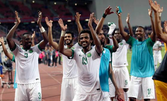 사우디아라비아 선수들이 태국과 러시아월드컵 예선전에서 승리한 뒤 환호하고 있다. [AP=연합뉴스]