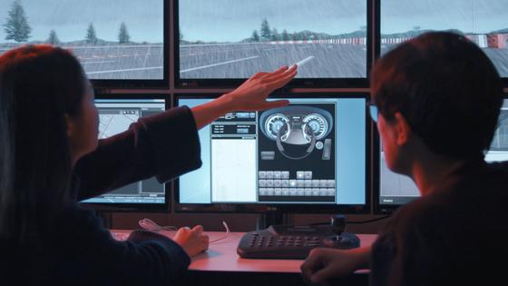 현대모비스 연구원들이 컴퓨터 시뮬레이션으로 가상의 도로환경을 반영하는 인포테인먼트 제품의 사용자 경험(UX: User Experience)을 분석하고 있다. [사진 현대모비스]
