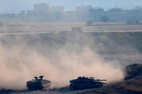 ?가자지구에서 이스라엘군과 팔레스타인군의 충돌이 이어지고 있다. 가자지구에 배치된 이스라엘 탱크. / 사진:연합뉴스
