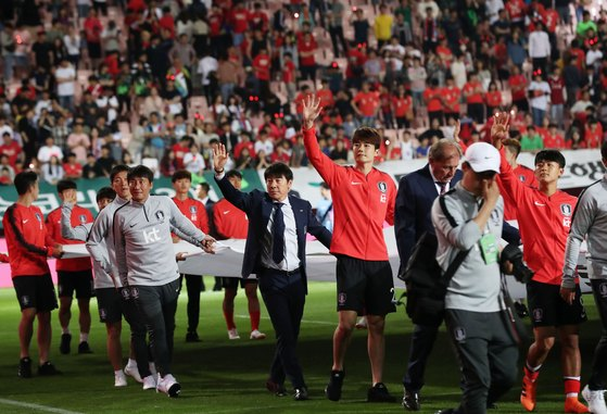 러시아 월드컵 출정식에서 팬들의 환호에 답하는 축구대표팀. [뉴스1]