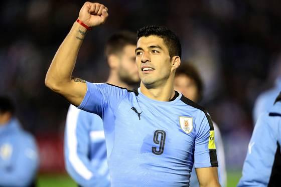 우루과이 공격수 수아레스가 볼리비아전 승리 직후 팬들의 환호에 답하고 있다. [EPA=연합뉴스]
