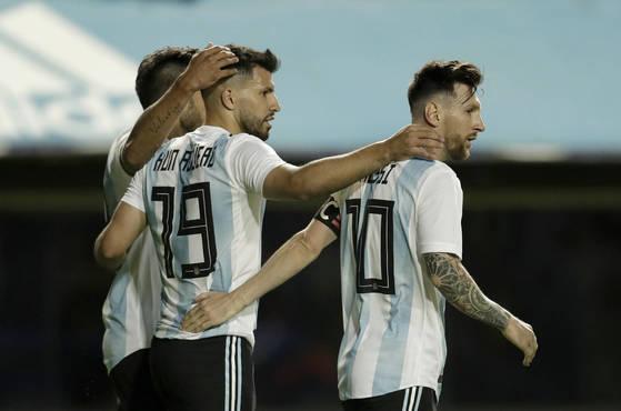 리오넬 메시(맨 오른쪽)가 득점 직후 동료 공격수 세르히오 아구에로(가운데), 에두아르도 실바와 기쁨을 나누고 있다. [AP=연합뉴스]