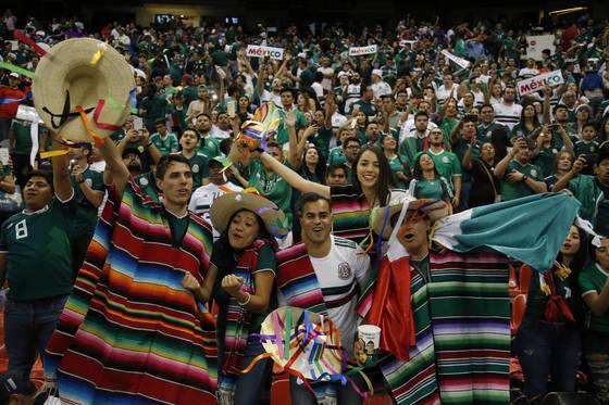 멕시코 축구팬들은 열광적인 응원으로 유명하다. [AP=연합뉴스]