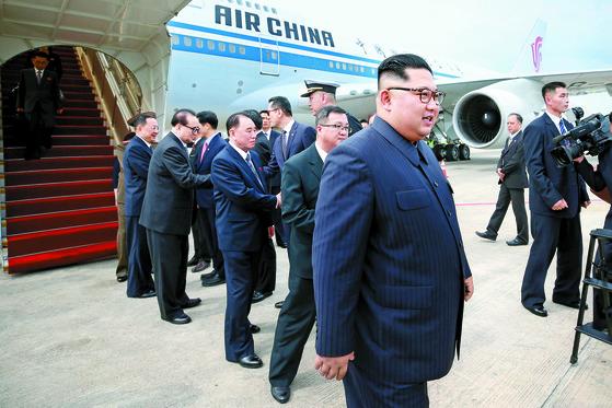 북·미 정상회담을 이틀 앞두고 10일 김정은 국무위원장이 시진핑 중국 주석 전용기를 타고 싱가포르에 도착했다. [로이터=연합뉴스]
