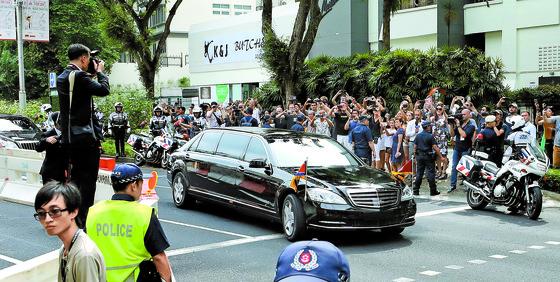 김정은 북한 국무위원장이 탄 차량이 10일 오후 현지 경찰 등의 호위를 받으며 싱가포르 세인트레지스 호텔에 들어서고 있다. [연합뉴스]