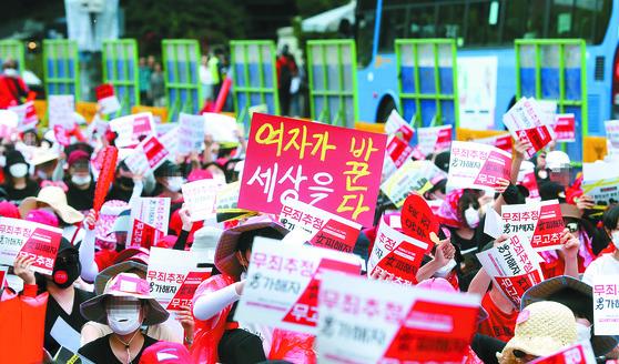 '홍익대 누드모델 몰래카메라 사건'에 대한 경찰의 성차별 편파 수사를 비판하는 여성들이 지난 9일 오후 서울 혜화역 인근에서 시위하고 있다. [최정동 기자]
