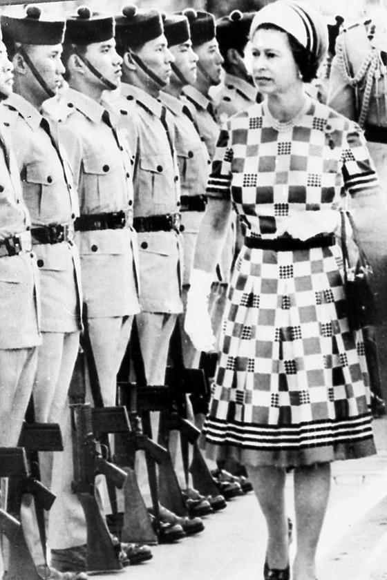 영국 식민지 시절 홍콩을 방문한 엘리자베스 2세 여왕이 구르카족 부대를 사열하고 있다. [중앙포토]