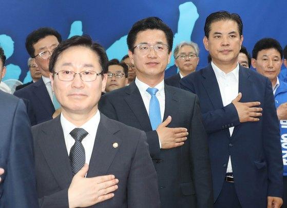 허태정 더불어민주당 대전시장 후보(가운데)가 지난 17일 대전 서구 허후보의 선거사무실에서 열린 선거대책위원회 출범식에서 국민의례를 하고 있다. [뉴스1]