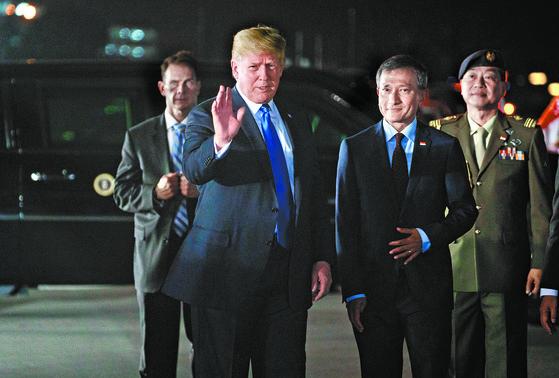 도널드 트럼프 미국 대통령이 10일 밤 전용기인 에어포스원을 타고 싱가포르 공군기지에 도착했다. 트럼프 대통령은 비비안 발라크리슈난 싱가포르 외교장관(오른쪽 둘째)의 영접을 받은 후 숙소인 샹그릴라 호텔로 이동했다. [AFP=연합뉴스]