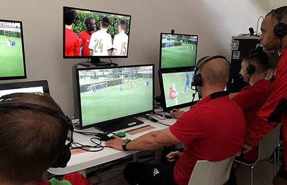 지난 4월 이탈리아에서 열린 세미나에서 VAR 시스템을 시연하는 FIFA 관계자들. [로이터=연합뉴스]