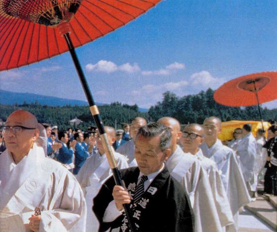 일본에서 일련정종 승려와 신자들이 종교행사를 갖고 있다. [중앙포토]