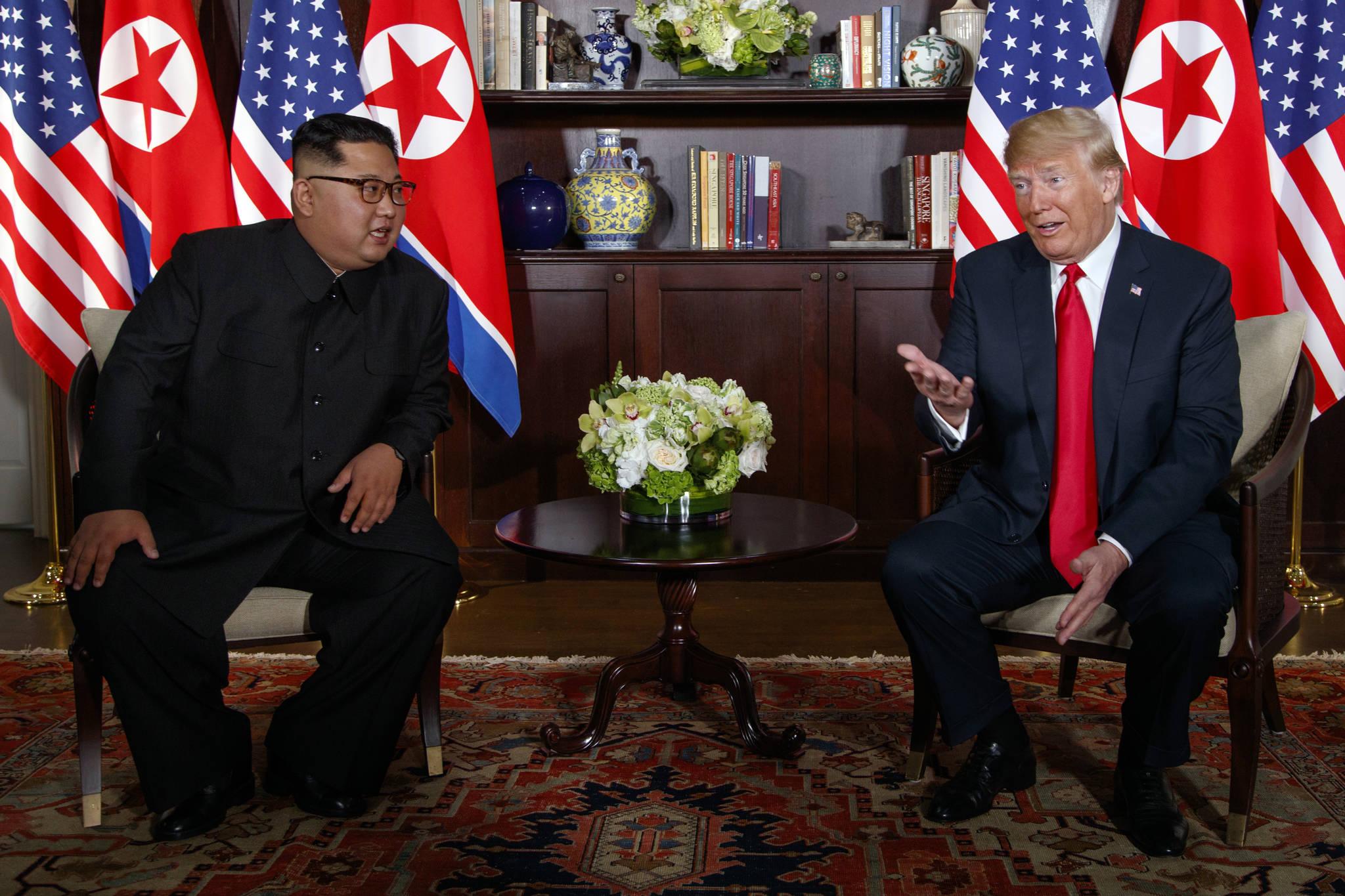 도널드 트럼프 미국 대통령과 김정은 북한 국무위원장이 12일 싱가포르 센토사섬 카펠라 호텔에서 열린 북미정상회담 중 모두 발언을 하고 있다. [AP=연합뉴스]