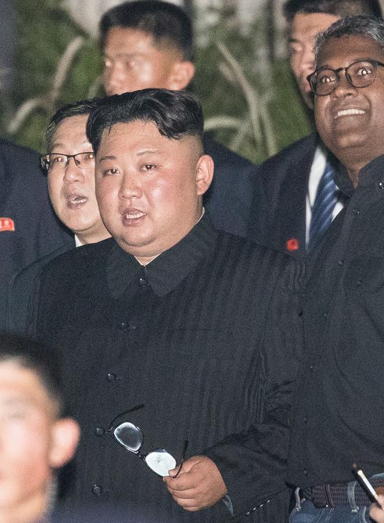 김정은 북한 국무위원장이 11일 싱가포르 대표 복합 문화공간 에스플러네이드에 도착해 머라이언파크 야경을 보기 위해 이동하고 있다. [뉴스1]