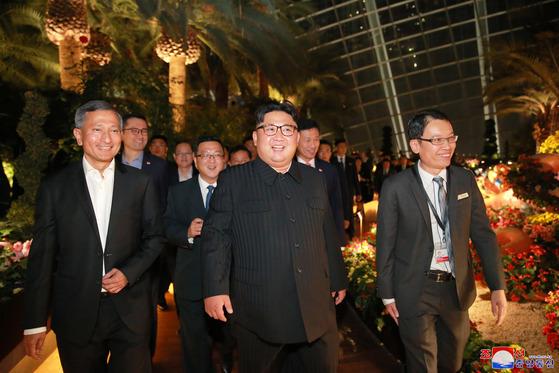 북한 김정은 국무위원장이 북미정상회담을 하루 앞둔 11일(현지시간) 싱가포르 시내를 참관했다고 조선중앙통신이 12일 보도했다. [평양 조선중앙통신=연합뉴스]