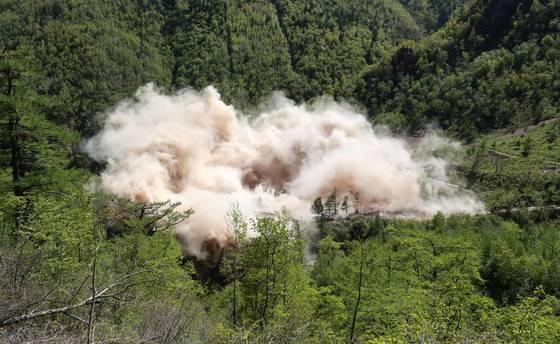 북한 비핵화 과정에서 검증 작업이 가장 중요한 것으로 꼽히고 있다. 사진은 지난달 24일 함경북도 길주군 풍계리 핵실험장이 폭파작업으로 폐쇄되는 모습. [사진공동취재단]