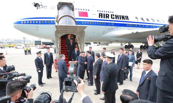 김정은 국무위원장이 지난 10일 싱가포르 창이공항에 에어 차이나의 보잉747에서 내리고 있다. 김 위원장은 본인의 전용기 대신, 중국 지도자 전용기를 빌려타고 북미회담에 등장했다.[AP=연합뉴스]