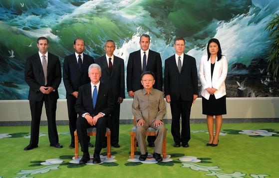 2009년 8월 4일 억류된 미국 여기자들의 석방을 위해 평양을 방문한 빌 클린턴( 앞 줄 왼쪽) 전 미 대통령 일행과 김정일(앞 줄 오른쪽) 국방위원장의 기념사진. [평양 조선중앙통신]