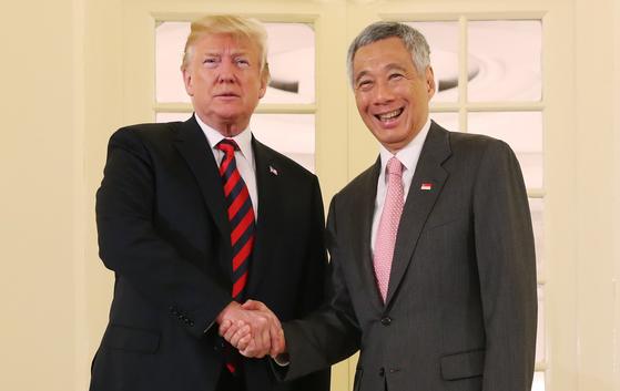 트럼프 대통령이 11일 싱가포르에서 리셴룽 총리와 회담했다. [로이터=연합뉴스]
