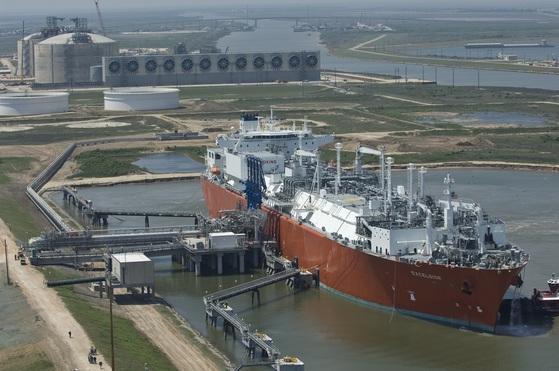미국 텍사스주 멕시코만에 건설중인 프리포트 LNG 수출기지에 LNG선이 정박해있다. 프리포트 수출기지가 완공되면 국내 LNG 수입선 다변화에 긍정적인 효과를 낼 것으로 보인다. [SK E&S 제공]