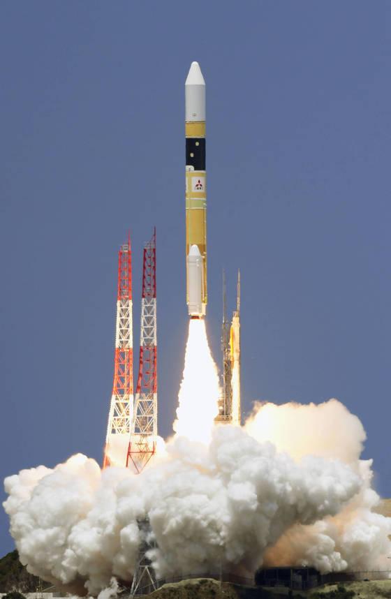 12일 일본 우주항공연구개발기구(JAXA)가 가고시마(鹿兒島)현 다네가시마(種子島)우주센터에서 첩보 목적의 정보수집위성 '레이더 6호기'를 H2A 로켓 39호에 탑재해 발사하고 있다. [연합뉴스]