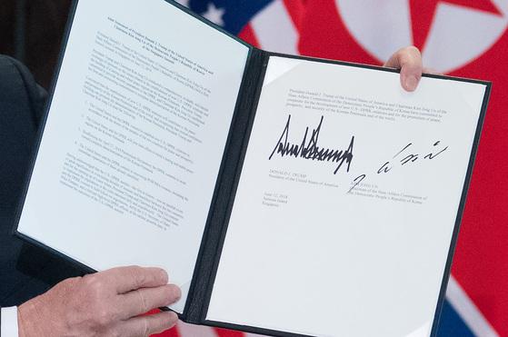 12일 도널드 트럼프 미국 대통령이 김정일 북한 국무위원장과 서명 후에 공개한 공동합의문. [AFP=연합뉴스]