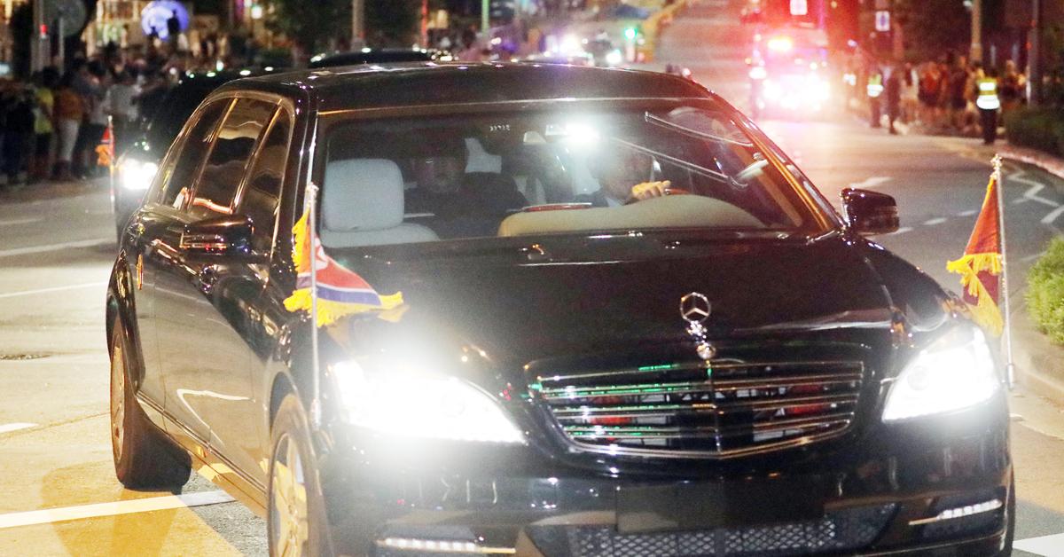 트럼프 대통령과의 정상회담을 마친 김정은 국무위원장이 12일 밤 북한으로 돌아가기 위해 숙소인 세인트 레지스 호텔을 출발하고 있다. [연합뉴스]
