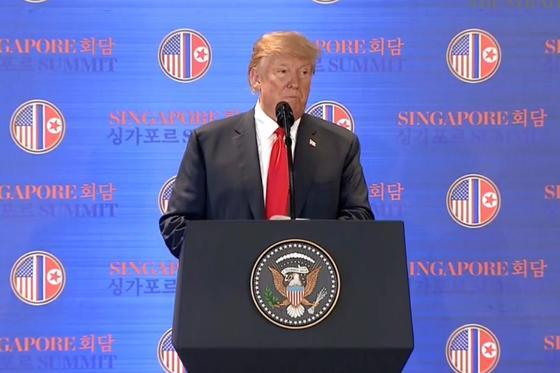 역사적 첫 북미정상회담이 열린 12일 오후 싱가포르 센토사 섬 카펠라호텔에서 미국 도널드 트럼프 대통령이 기자회견을 하고 있다. [스트레이츠타임스 홈페이지 캡처]