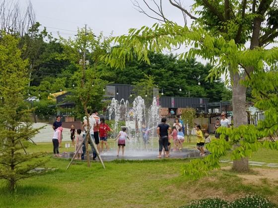 KT&G가 운영중인 '상상마당 논산' 캠핑장. 가족 단위로 이곳을 찾은 사람들이 분수대에서 물놀이를 즐기고 있다. [이소아 기자]