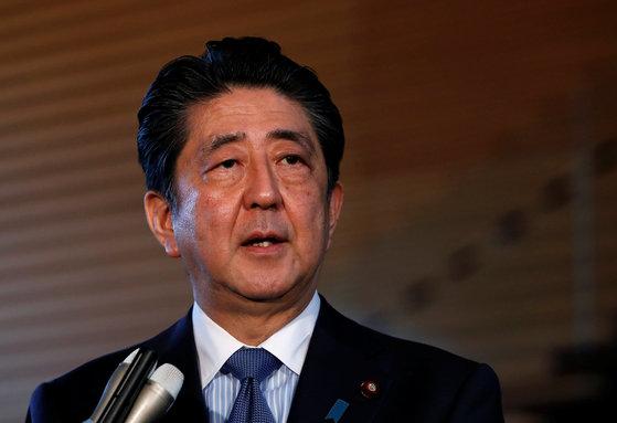 아베 신조 일본 총리가 12일 총리관저에서 기자들과 만나 북미정상회담에 대한 견해를 밝히고 있다.[로이터=연합뉴스]