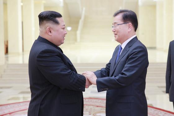 김정은 북한 노동당 위원장이 3월 5일 북한을 방문 중인 정의용 수석 대북특사를 만나 반갑게 인사하고 있다. [청와대 제공]