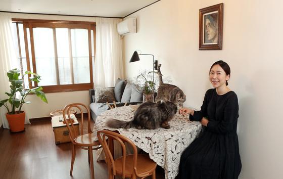 셀프 인테리어 블로그를 운영하다 본격적인 공간디렉터로 일하게 됐다는 최고요씨. 두 마리 고양이와 사는 이 집도 그가 직접 꾸민 것이다. [변선구 기자]