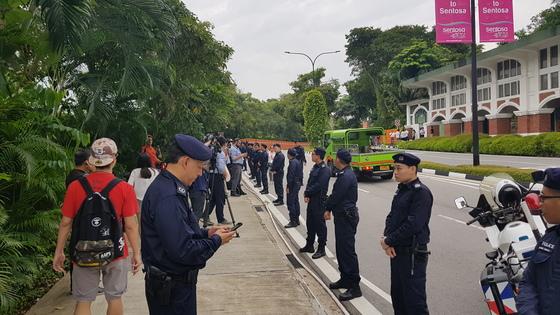 북미 정상회담이 진행중인 센토사섬 카펠라호텔 입구를 경찰들이 통제하고 있다. 싱가포르=정용수 기자