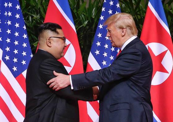 김정은 북한 국무위원장과 도널드 트럼프 미국대통령이 12일 싱가포르 센토사섬 카펠라호텔에서 만났다.[EPA=연합뉴스]