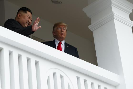 단독회담 뒤 모습을 드러낸 도널드 트럼프 대통령과 김정은 북한 국무위원장.[AP=연합뉴스]