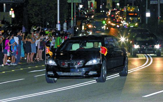 김정은 북한 국무위원장의 차량이 11일 오후 숙소인 싱가포르 세인트레지스 호텔을 나서고 있다. 현지 매체는 김 위원장 일행이 이날 마리나 베이 샌즈 등 시내를 둘러봤다고 보도했다. [로이터=연합뉴스]