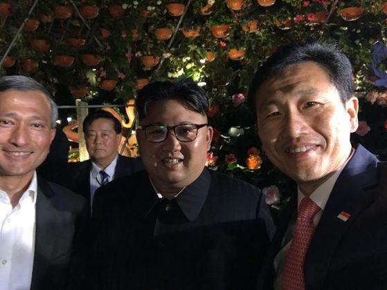 북미정상회담을 위해 싱가포르를 방문한 김정은 북한 국무위원장이 11일 저녁 가든스바이더베이를 방문해 비비안 발라크리쉬난 외무장관(왼쪽), 옹 예 쿵 전 싱가포르 교육부 장관(오른쪽)과 기념촬영을 하고 있다. [비비안 발라크리쉬난 외무장관 페이스북]