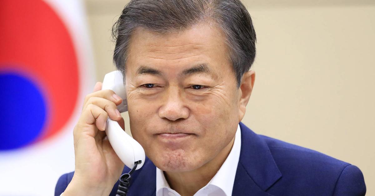 6·12 싱가포르 북·미 정상회담을 하루 앞둔 11일 문재인 대통령이 도널드 트럼프 미국 대통령과 전화통화를 하고 있다. [사진 청와대]