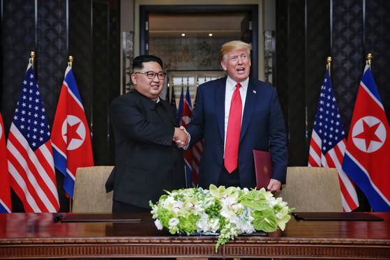 북미정상회담 합의문 서명한 김정은 위원장-트럼프 대통령 [싱가포르 통신정보부 제공]