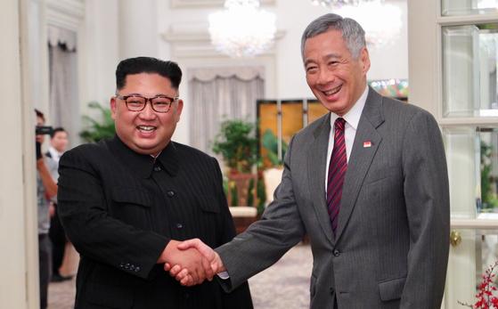 김정은 위원장이 10일 싱가포르에 도착해 리셴룽 싱가포르 총리와 회담했다. [로이터=연합뉴스]