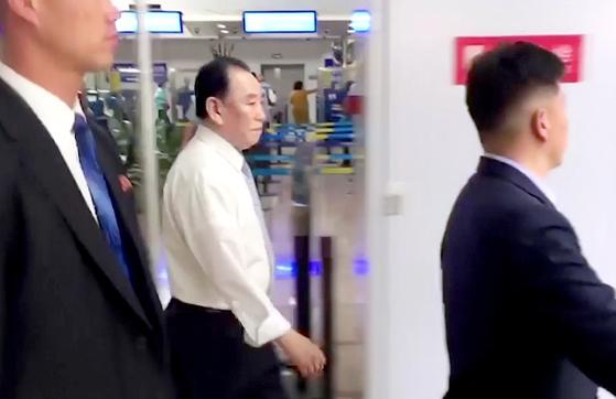 김영철 북한 노동당 부위원장 겸 통일전선부장이 미국을 방문하기 위해 5월29일 중국 베이징 공항에 도착해 이동하고 있다. [AP=연합뉴스]