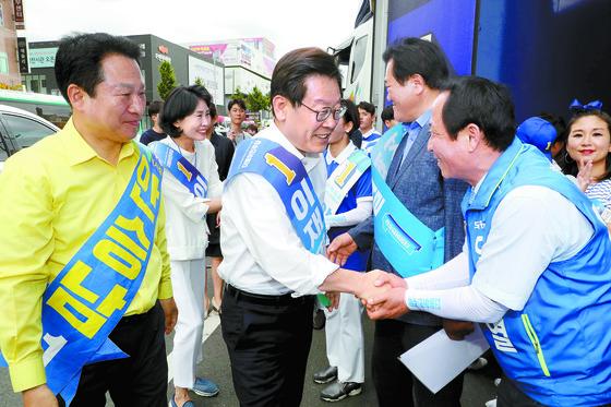 경기도지사에 출마한 이재명 더불어민주당 후보가 11일 경기도 구리시 수택동에서 유세하며 참석자들과 인사하고 있다. [뉴스1]