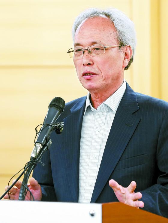 문성현 노사정위원장이 11일 기자간담회에서 노사정 대표자회의를 열 것을 제안하고 있다. [뉴시스]