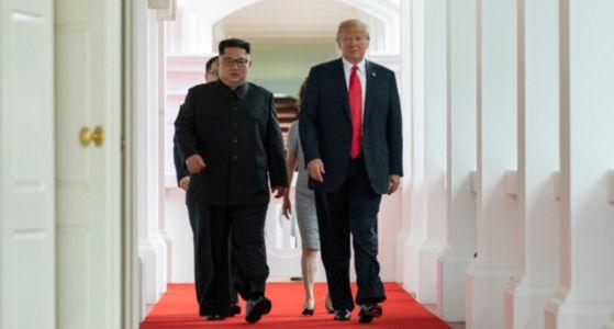 역사적 첫 북미정상회담이 열린 12일 오전 싱가포르 센토사 섬 카펠라호텔에서 미국 도널드 트럼프 대통령과 북한 김정은 국무위원장이 함께 회담장으로 향하고 있다. [세라 샌더스 백악관 대변인 트위터 갈무리]