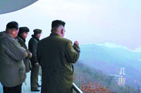 북한의 김정은 국무위원장이 미사일 엔진 연소 실험을 현지 지도하는 장면. 도널드 트럼프 미국 대통령은 12일 기자회견에서 김 위원장이 회담에서 미사일 엔진 시험장 한 군데를 폐쇄할 것이라고 말했다고 전했다. 미사일은 로켓 엔진을 사용하는데 이 시험장은 연소기, 가스발생기, 터보펌프 등을 장착한 엔진을 지상 구조물에 걸어놓은 뒤 실제로 연료를 연소시켜 추진력과 안전성을 확인하는 시설이다. 2만 초 정도 지상 연소시험을 해야 로켓 엔진 하나를 개발할 수 있다고 한다. 자금이 많이 드는 시설이다. [노동신문]